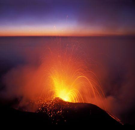 uitbarsting: vulkaan uitbarsting, stromboli, Eolische eilanden Stockfoto