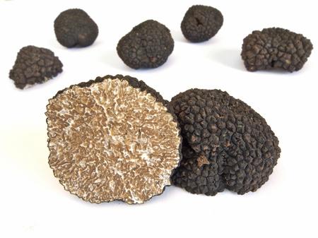 truffe blanche: truffes noires isolé sur blanc Banque d'images