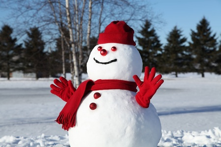 Hóember a piros ruhában, egy gyönyörű és hideg januári reggelen. Stock fotó