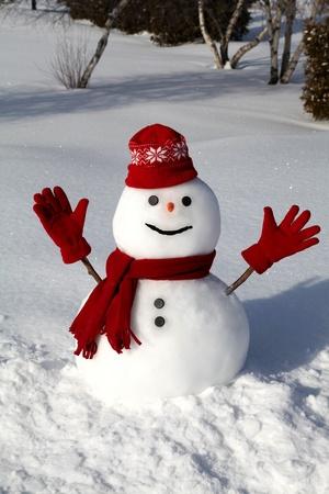 Aranyos hóember a világos és hideg téli reggelen. Stock fotó