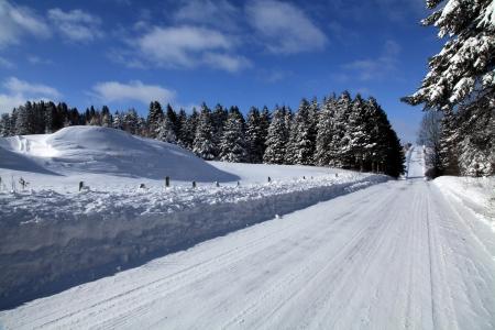 Fría mañana de invierno y hermoso en una carretera del condado pequeño ubicado en Quebec, Canadá