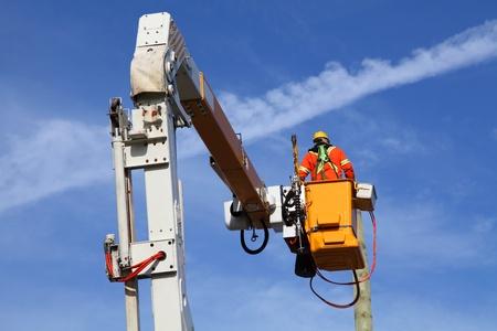 electricista: Trabajador eléctrico de conexión de energía en un hermoso día de otoño Foto de archivo
