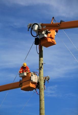 Két villamos szakemberek összekötő erő egy új építése