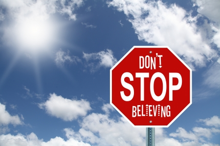 believing: Don t stop se�al de pare creer Foto de archivo