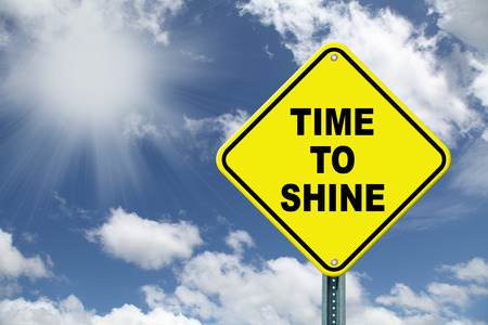 照らす: 輝き注意の道路標識に黄色の時間 写真素材