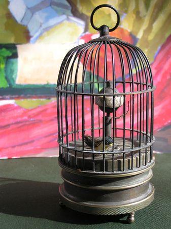 detained: Un p�jaro en una jaula de metal Foto de archivo