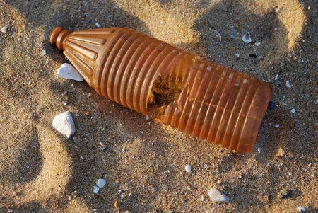 kunststof fles: Zonnige ochtend met een oude plastic fles op het strand