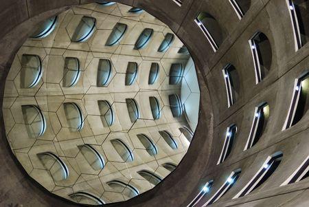 reflexion: Reflexi�n a trav�s de los espejos de un helicoidal as� en un aparcamiento subterr�neo