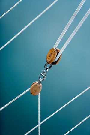 pulley: Polea bloques procedentes de un viejo velero de madera. Foto de archivo