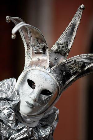 giullare: Close-up sulla maschera d'argento al carnevale (Annecy  Francia)