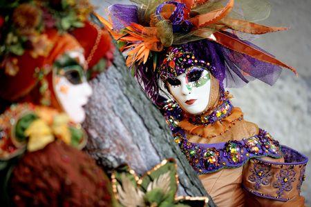Breve profonda del campo su una delle due maschere durante il carnevale (Annecy / Francia)