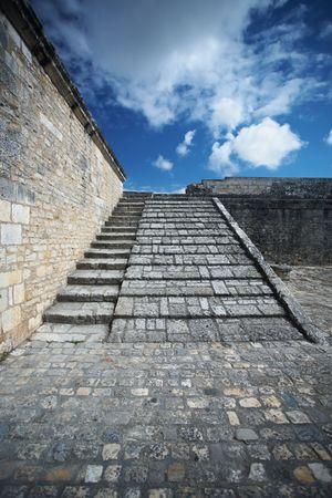 Edad de Piedra: Escalinata de piedra en un lugar medieval (Brouage  Charente Maritime)