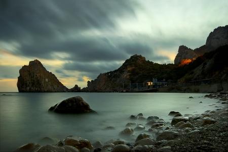 Nacht-Landschaft mit Meer und die Berge