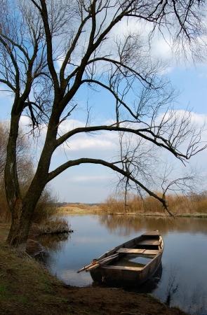 Bank am Ufer des Flusses