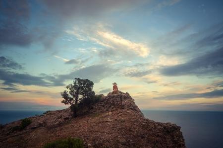 M�dchen nackt auf einem Felsen �ber dem Meer Lizenzfreie Bilder