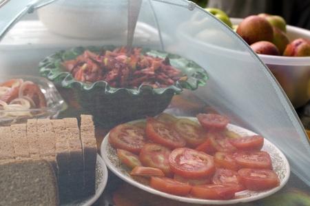 アウトドア料理の夕食のテーブル。食品は、昆虫で覆われています。