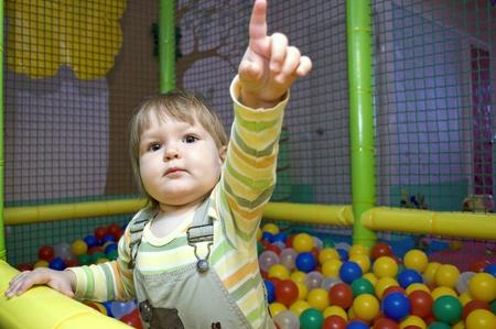 foso: Ni�a en la piscina de bolas