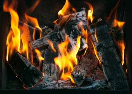 グリル バーベキュー グリルの下で燃える木炭のクローズ アップの準備