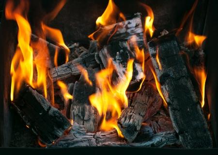 kohle: Vorbereitung zum Grillen Nahaufnahme K�hlerei unter einem Grill Lizenzfreie Bilder