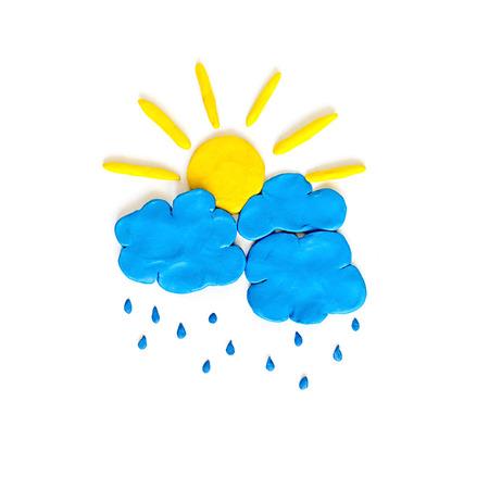 Niimbus und Sonne. Regen Wolken und Sonne aus Knetmasse