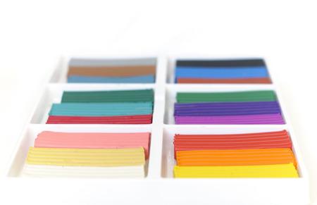 Öffnen Sie das mit einem neuen Satz von mehrfarbigen Plastilin. Multicolor Plastilin Blöcke Hintergrund