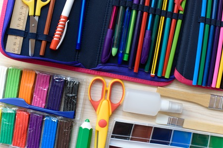 Schulbedarf auf dem Tisch Zurück zum Schulkonzept. Standard-Bild