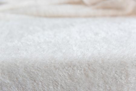 Witte delicate zachte achtergrond van pluche stof. Textuur van beige zachte wollige blancet