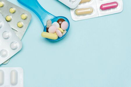 Medicine Pills on on blue backdrop. different color pills of drugs and medicines. Copy space Banque d'images - 143283952