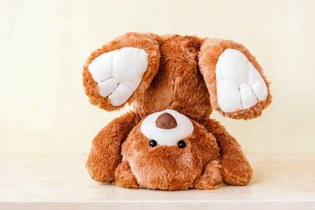 Peluche para manos. Divertidos osos de peluche volteados, cayendo.