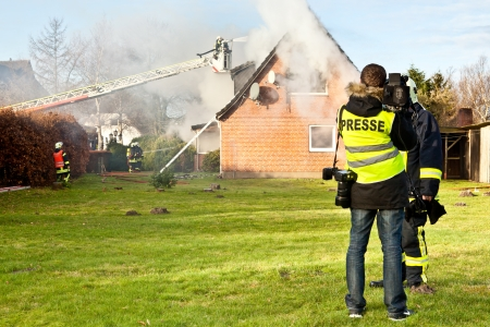 Tv-interview in het huis brand Redactioneel