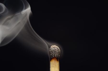 Lucifer match met rook na brand