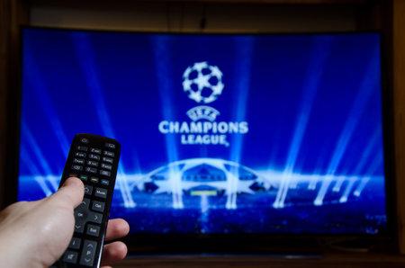 Soest, Alemania - 14 de enero de 2018: hombre viendo la UEFA Champions League en la televisión. La UEFA Champions League es una competición continental anual de fútbol de clubes. Editorial