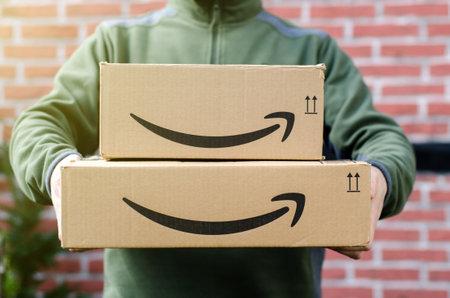 Soest, Deutschland - 14. Januar 2019: Mann liefert Amazon Prime-Paket aus. Editorial