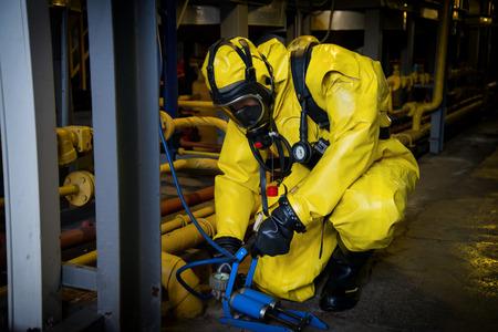 Rescatistas con traje de protección radiológica.