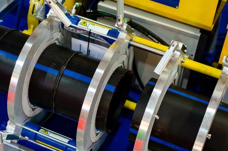 Vorrichtung zum Stumpfschweißen von Polymerrohren.