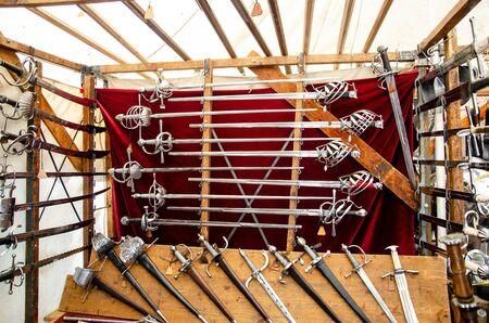 Atelier d'armurier médiéval. Épées et armures à vendre. Banque d'images
