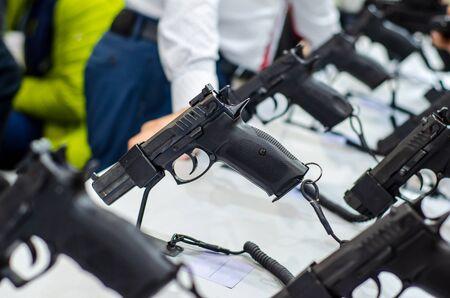 Soportes de exhibición de armas. Pistolas a la venta en la tienda. Foto de archivo