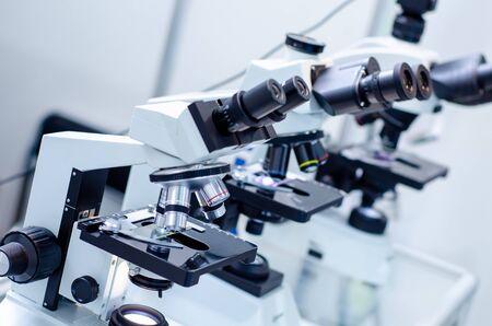 Zbliżenie mikroskopów w laboratorium. Zdjęcie Seryjne