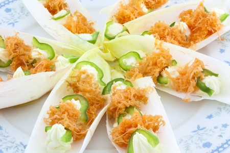 endive: leaves of endive with mayonaisse, grated carrot and green pepper