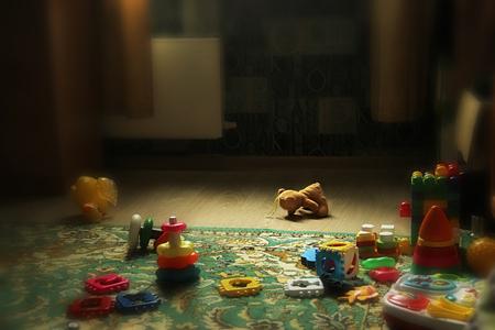 tteddy beer op de grond liggen. afgedankt Verlaten berenjong. Verspreid speelgoed.
