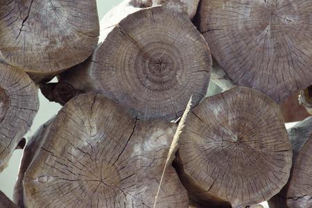 Gestapelde boom hout logboek achtergrond. Abstracte foto van een stapel natuurlijke houten logs achtergrond, bovenaanzicht. Stukken ronde teakhout. Stockfoto - 82986722