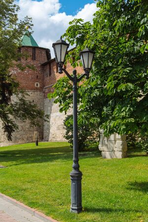 Large chestnut in the front of historic wall of Kremlin in Nizhniy Novgorod, Russia 免版税图像