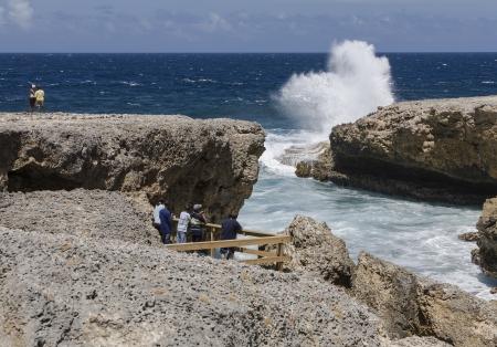 wzburzone morze: Grupa ludzi, patrząc na wzburzonym morzu przelewanie na skałach wulkanicznych Costa tabla, Curaçao