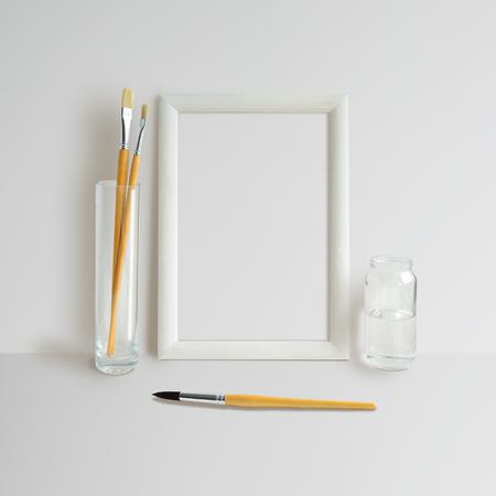 Mock up con telaio e spazzole su sfondo bianco Archivio Fotografico - 54242663