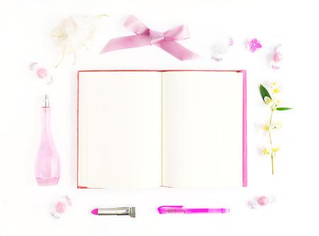Maqueta con el cuaderno rosa, cáscara, flores y objetos de color rosa. aplanada romántica sobre fondo blanco para las obras de arte, las letras, dibujos Foto de archivo - 60055902
