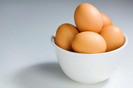 gamme de produit: Fresh Brown Oeufs en blanc Bowl Banque d'images