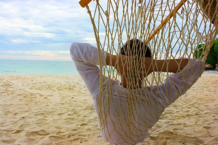 hamaca: Joven de relax en la playa de arena