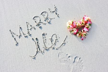 Hawaii bloemen en huwelijks aanzoek ondertekenen op het strand