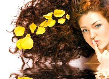 unas largas: Close-up hermosa dama de pelo rojo con p�talos de color amarillo en el pelo