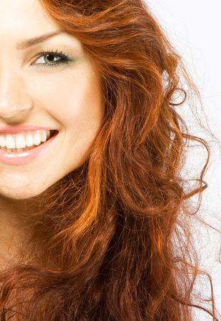 long shots: Close-up bella signora fresca di lusso brillante giovane sorridente in studio shot con belle make-up, con penne di pavone con i capelli rossi (marrone) a lungo